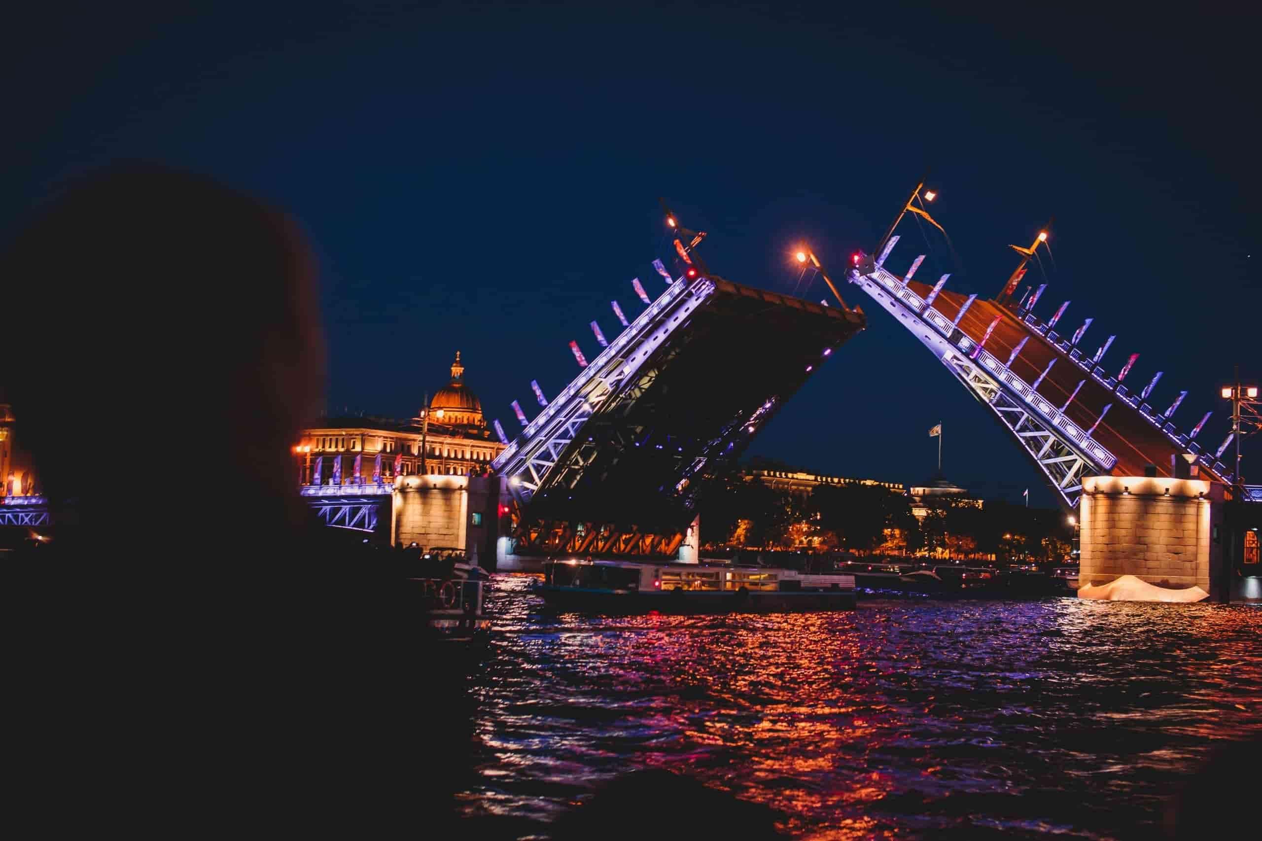 АКЦИЯ — Экскурсия под развод мостов на 1-палубном теплоходе 2021